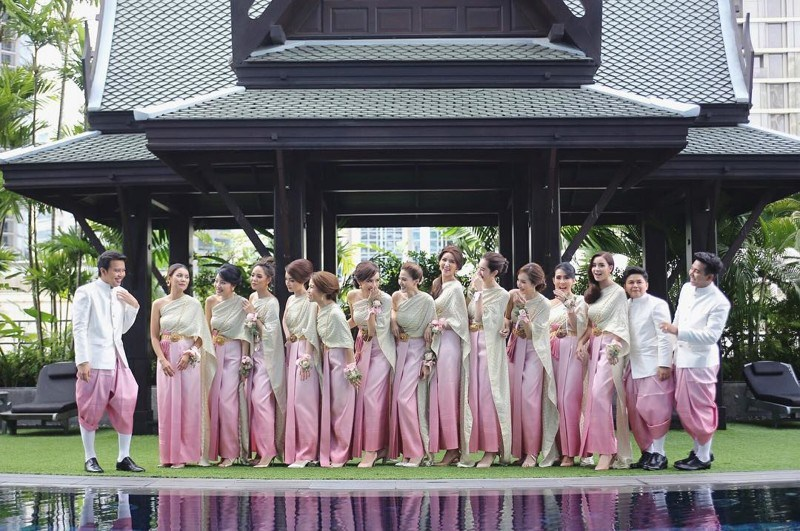 Для свадебной фотосессии невеста вновь переоделась