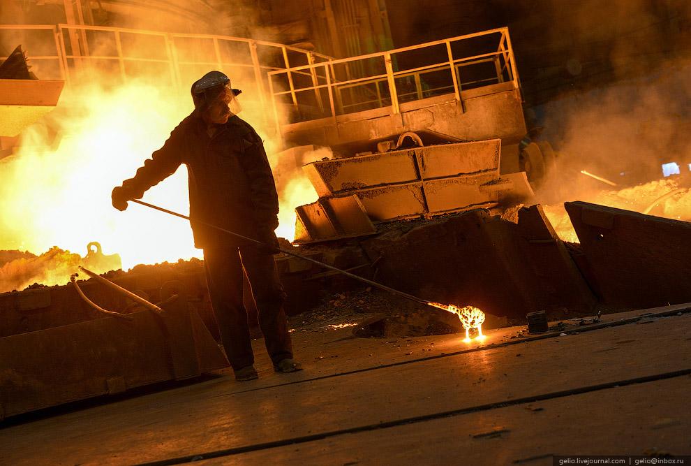 Полученный в результате реакции металлический расплав стекает по раскаленному коксу вниз, насыщ