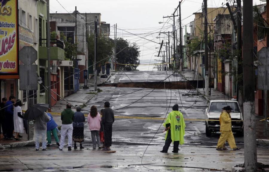 10. 30 мая 2010 года жители Гватемалы собрались посмотреть на место образования карстовой воронки.