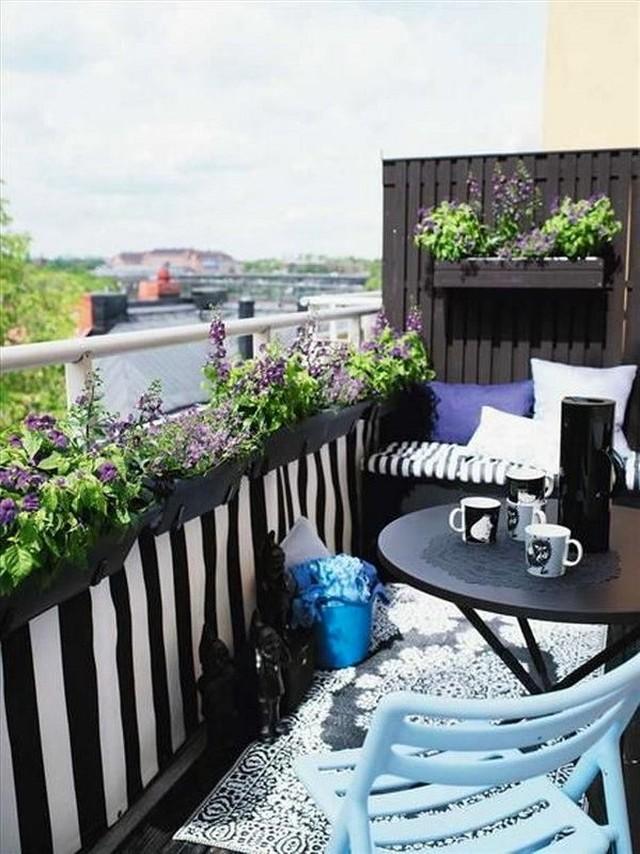 4. Солнечные дни — самое время создать на балконе цветущий сад или огород с ароматными травами.