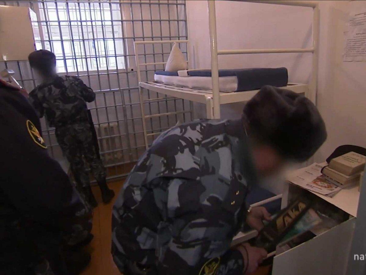 Пока заключенные на прогулке, в камерах устраивают обыск — ищут контрабанду или свидетельства подгот