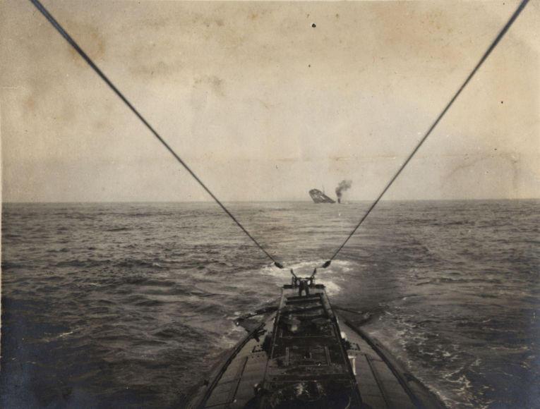 12. Немецкая подводная лодка топит торговое судно союзников в Атлантическом океане, 1915 год.