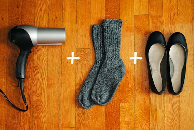 Разнашиваем туфли: 1. Наденьте носки, а затем туфли. 2. Посушите феном те части, в которых жмет. 3.