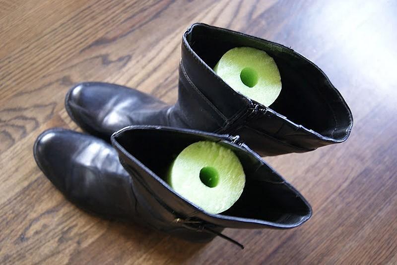 Положите в сапоги отрезки «макаронины» для аквааэробики, чтобы обувь стояла ровно. Можно также испол