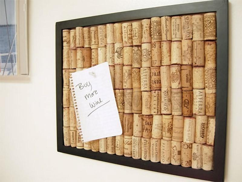 Приклейте пробки от вина на картинную рамку, и у вас получится самодельная пробковая доска для замет