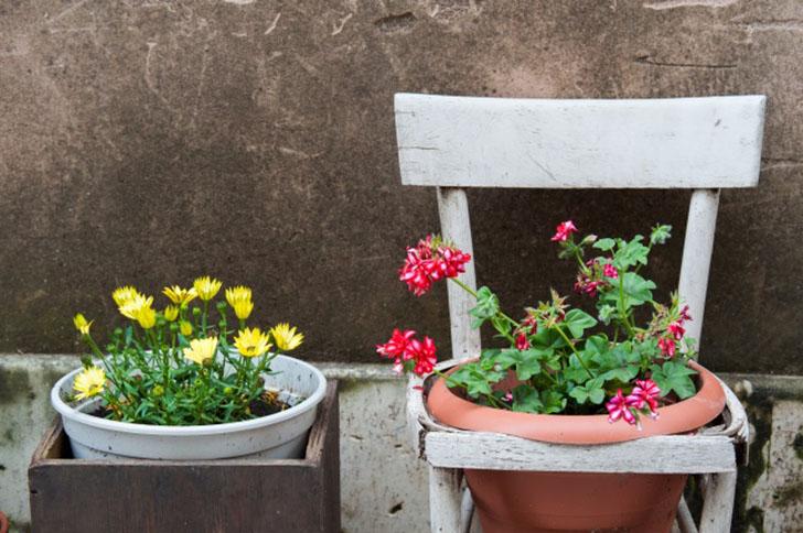 Старая мебель Не спешите выбрасывать старую мебель, если у вас есть балкон. Сломанные полки, старая