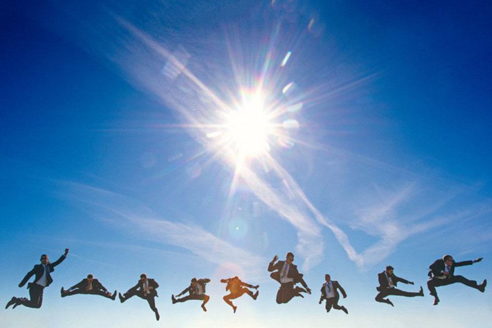 Точно супергерои! Ну кто еще будет так радостно и высоко прыгать?