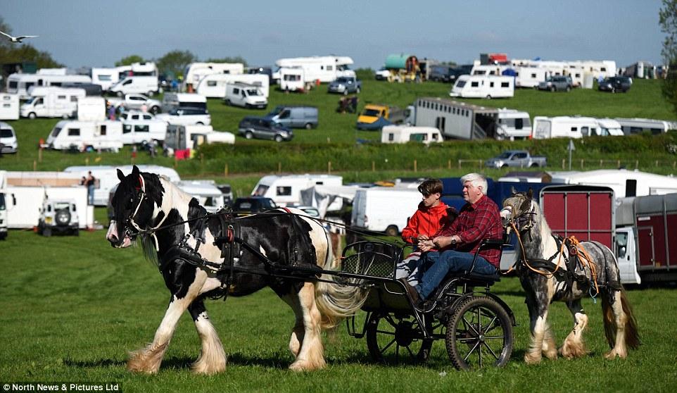 Десятки тысяч людей приезжают на ярмарку и расставляют по городу современные фургончики или старинны