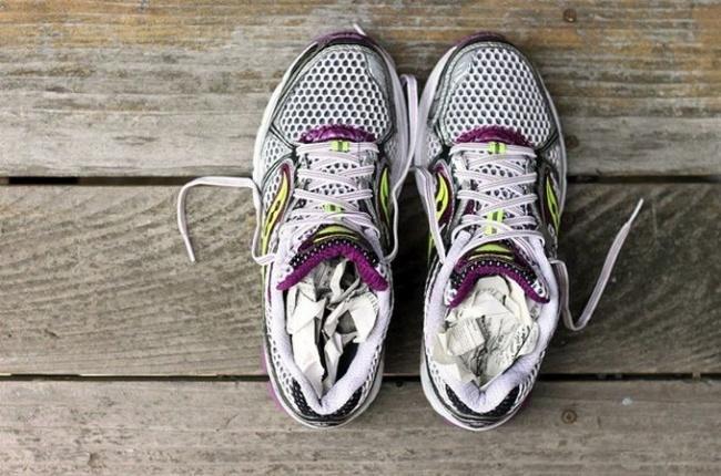Если ваша обувь промокла и рядом нет сушилки для обуви — не беда. Набейте обувь скомканными газетами
