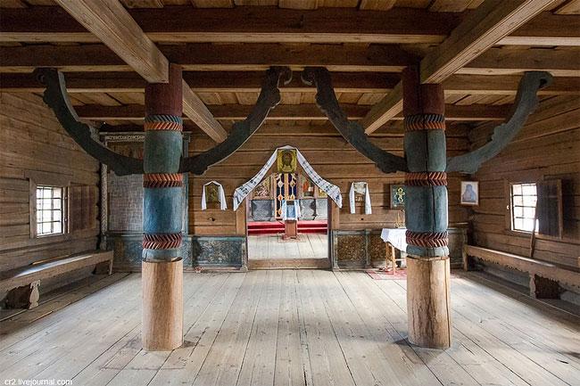 Эти столбы с ветвями — символ мифологического мирового древа.
