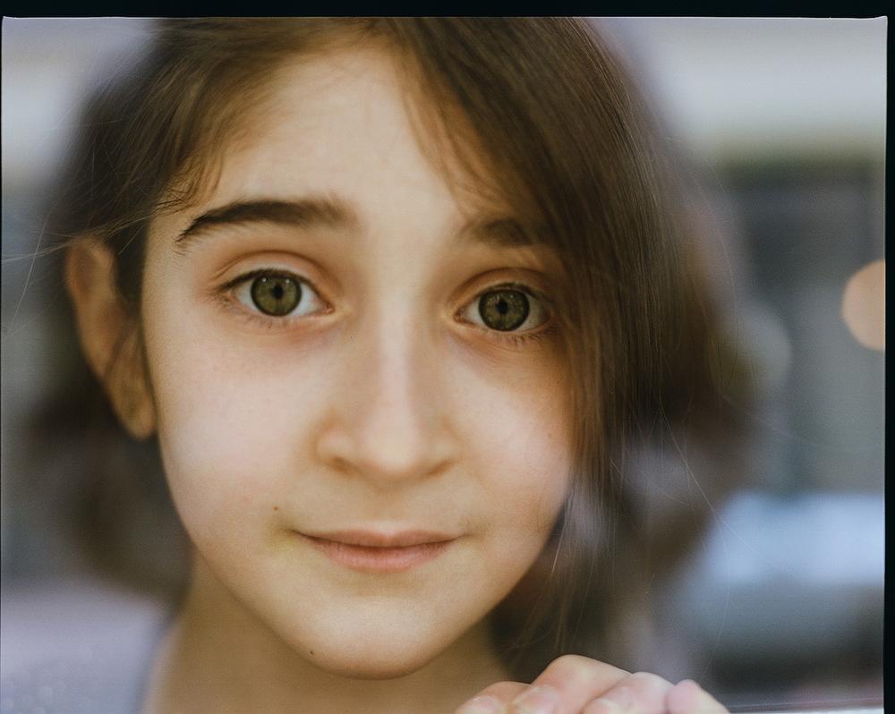 Много лет назад мы сидели с друзьями в ресторане, и мимо пробежала длинноволосая армянская девочка л