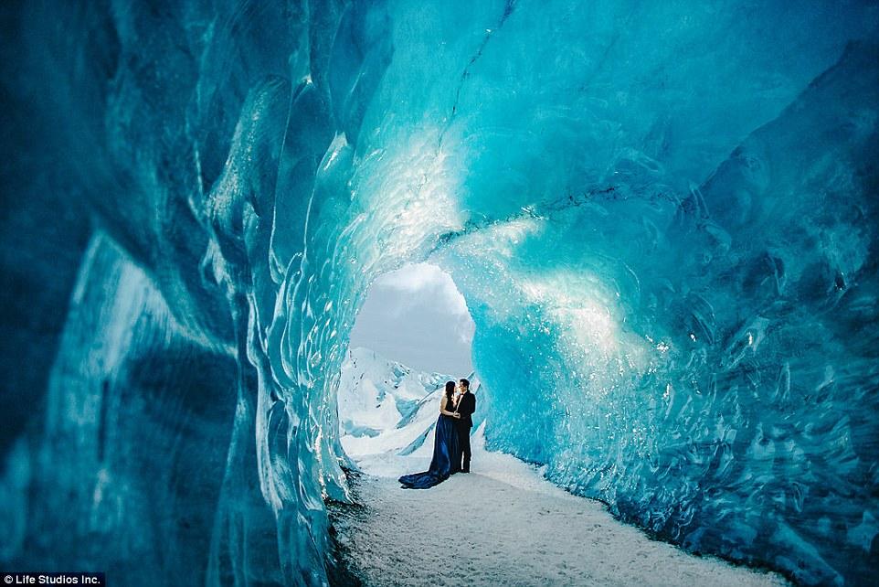 Пожалуй, самая красивая фотосессия помолвки, отснятая на ледниках Исландии (13 фото)