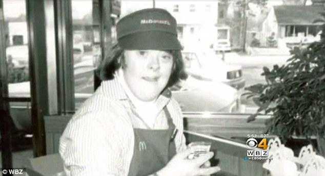 Проработавшую всю жизнь в «Макдоналдсе» женщину с синдромом Дауна проводили на пенсию веселой вечеринкой (4 фото)