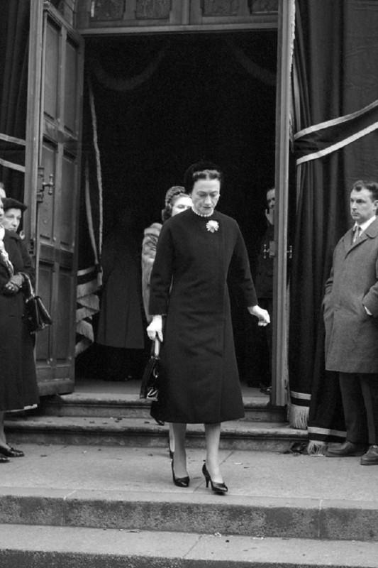 Его обвинили в том, что он использует слишком много ткани Во время Второй мировой войны Диора