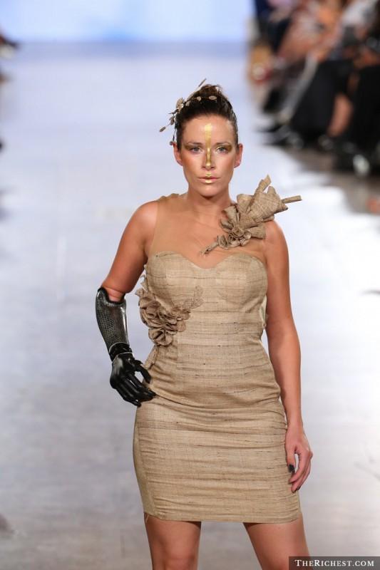 Сегодня благодаря Ребеке Марин широко используется понятие «бионическая модель». Девушка родилась бе