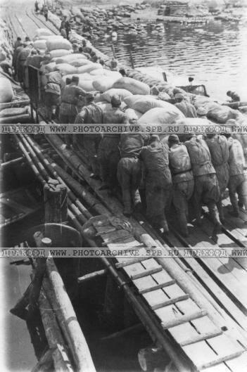 Выгрузка продовольствия в порту Морье. 1942 г.