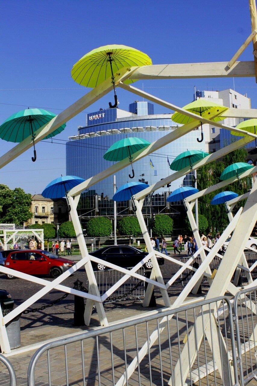 Периметр Софиевской площади украшен зонтами