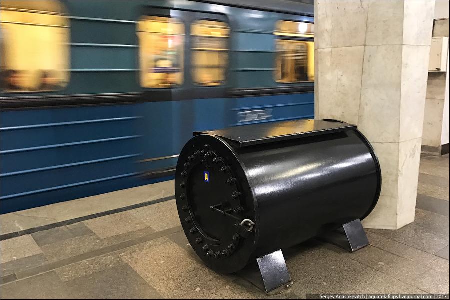 Странные черные контейнеры в метро