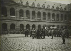 1915. Во дворе Дома Инвалидов. Церемония награждения. Награждают раненых