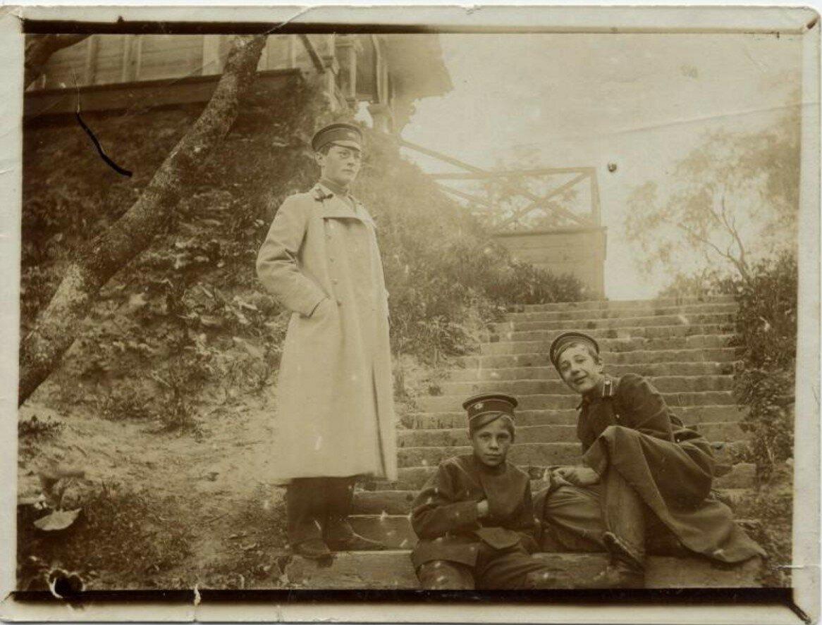 1895. Дача Станчинских в Твери. Товарищи Станчинского А.В. Ребиков А., Плетнер Б. и его брат