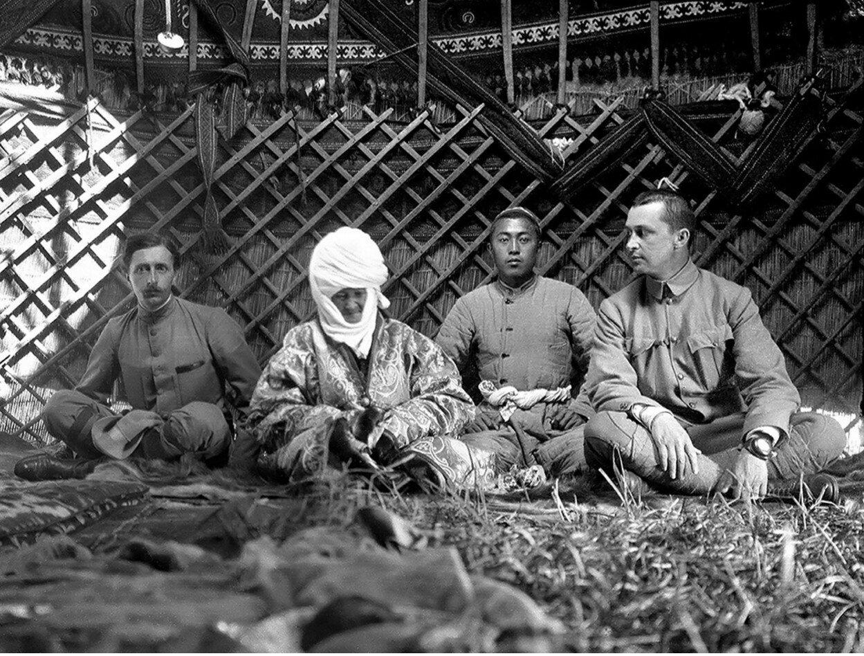 Французский востоковед Поль Пелльо, Курманжан датка, её внук и Маннергейм в юрте «Алайской царицы»