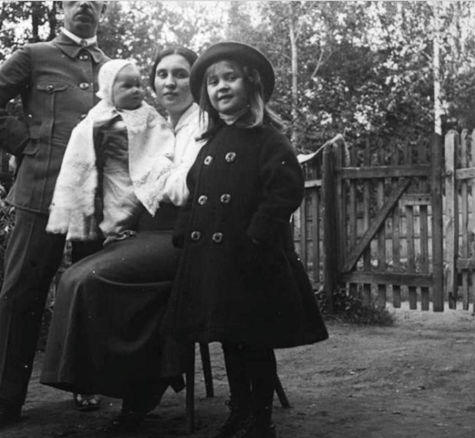 Иван Авдонин с женой (А. Н. Авдониной) и детьми