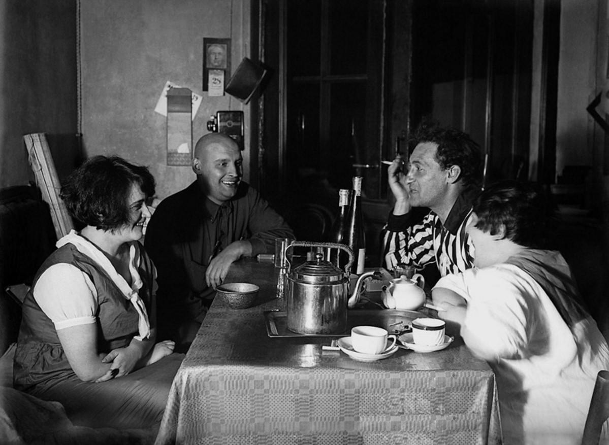 1924. Эсфирь Шуб, Александр Родченко, Алексей Ган и Варвара Степанова в мастерской Родченко