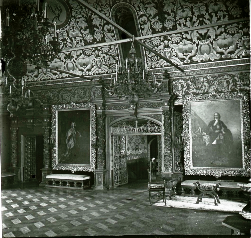 Тронный зал с портретами Петра I и Петра II