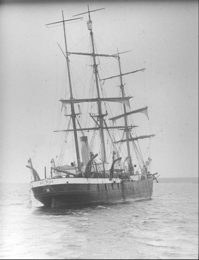 01 сентября 1914. Вид на трехмачтовый фрегат «Eclipse» с паровым двигателем у острова Диксон. Судно на мели