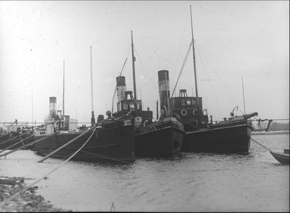 29 сентября 1914. Вид на пароходы, пришвартованные у берега. В центре - пароход «Тоболъ». Красноярск