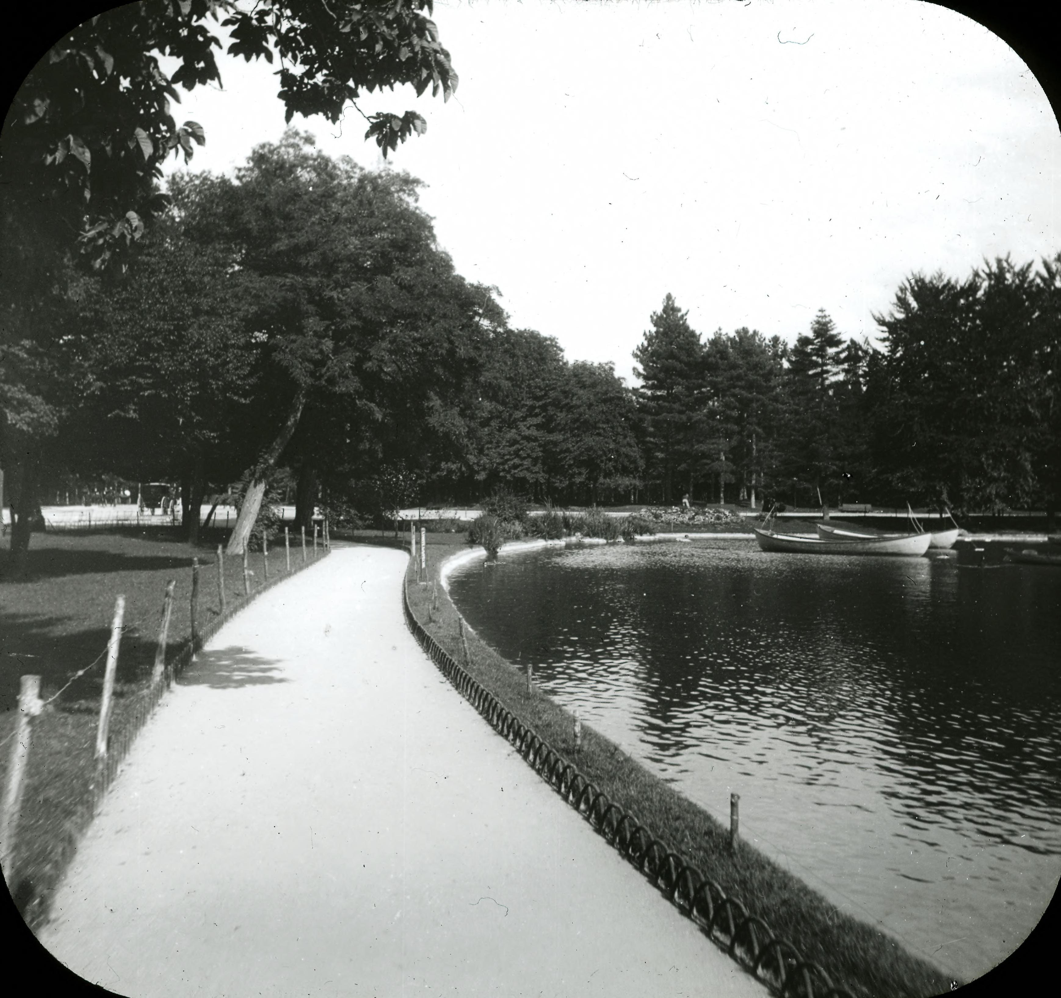 Булонский лес. Вид проезжей части дороги и озера