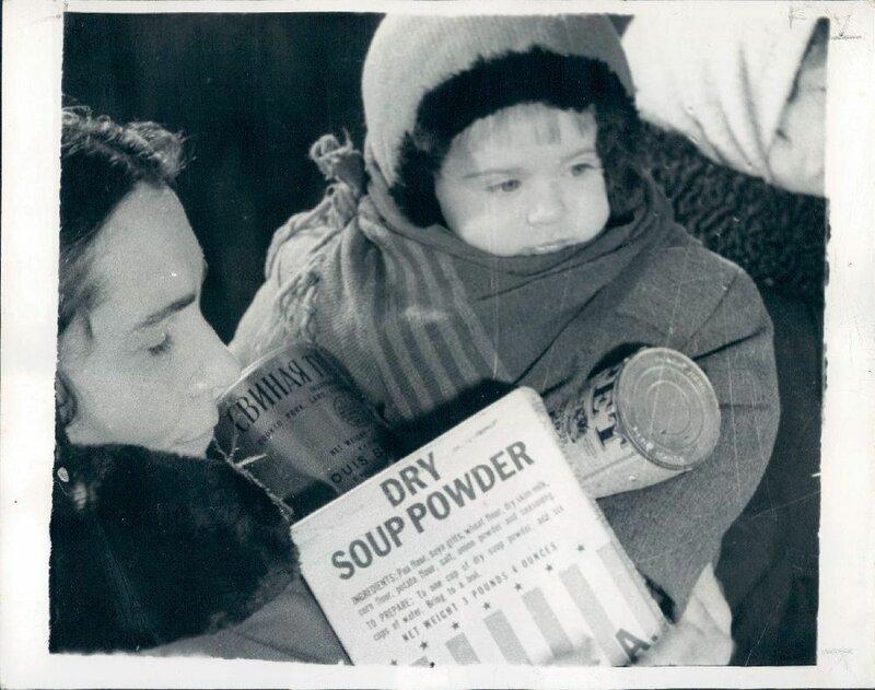 1947 Мать покупает ленд-лизовые продукты в продовольственном магазина Киева.jpg