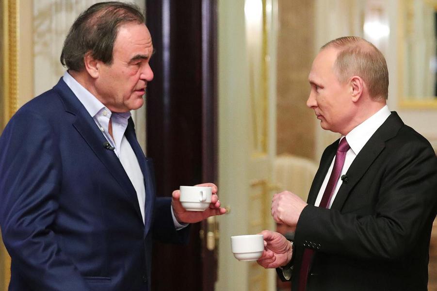 Стоун разговаривает с Путиным.png