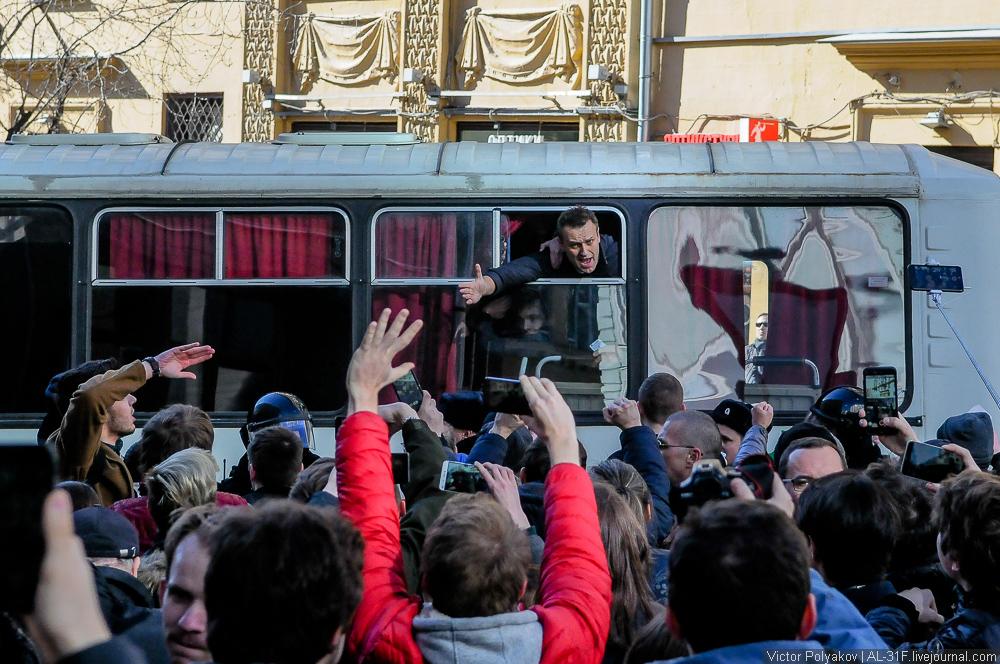 Алексей Навальный в автозаке. Шествие против коррупции в Москве