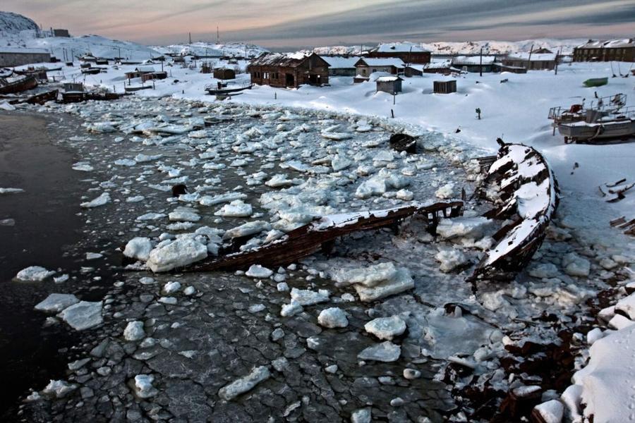 12. Ранее село Териберка на берегу замерзшего залива было процветающим рыбацким поселением, но дальн