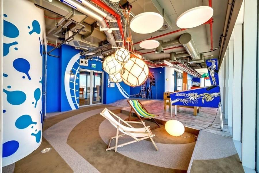 16. В перерывах между работой сотрудники Google могут отдохнуть в плетеных шезлонгах или поиграть в