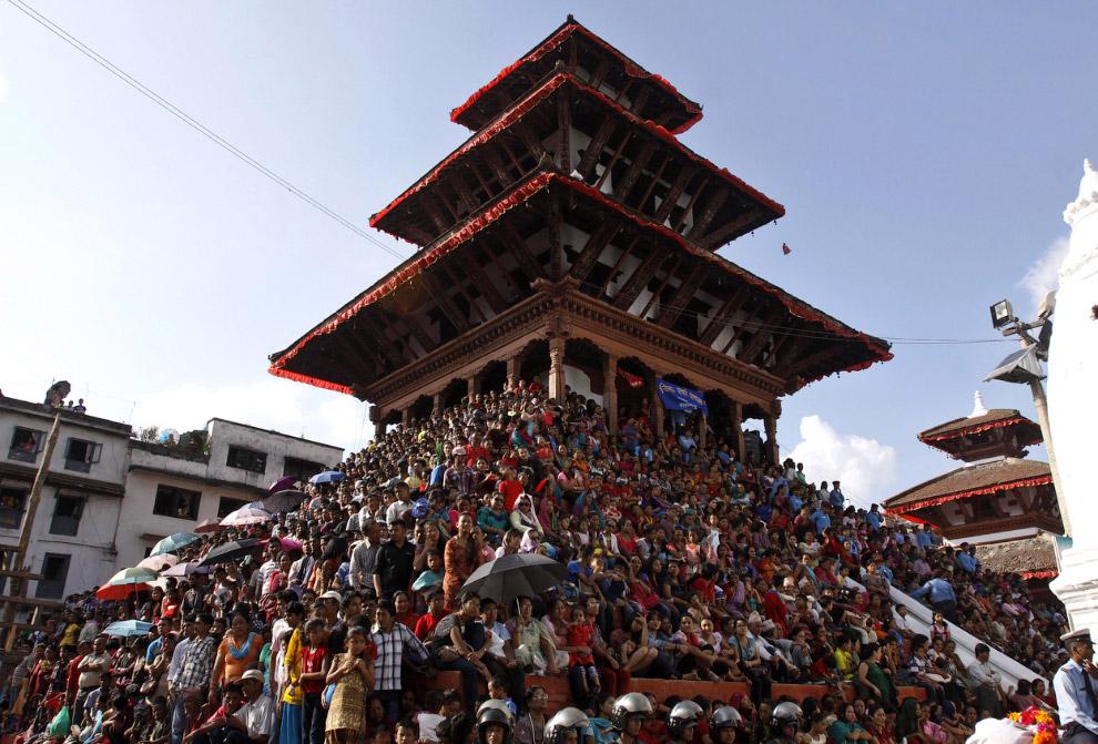 5. А Новый год в Непале начитается весной. Катманду, 15 апреля 2014. (Фото Reuters | Navesh Chi