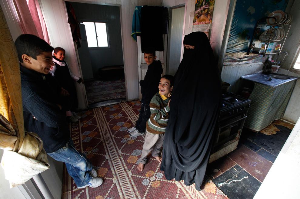 5. Женщина с детьми в лагере для вдов в Багдаде. В Ираке около 1,% миллиона вдов, почти 10% женского