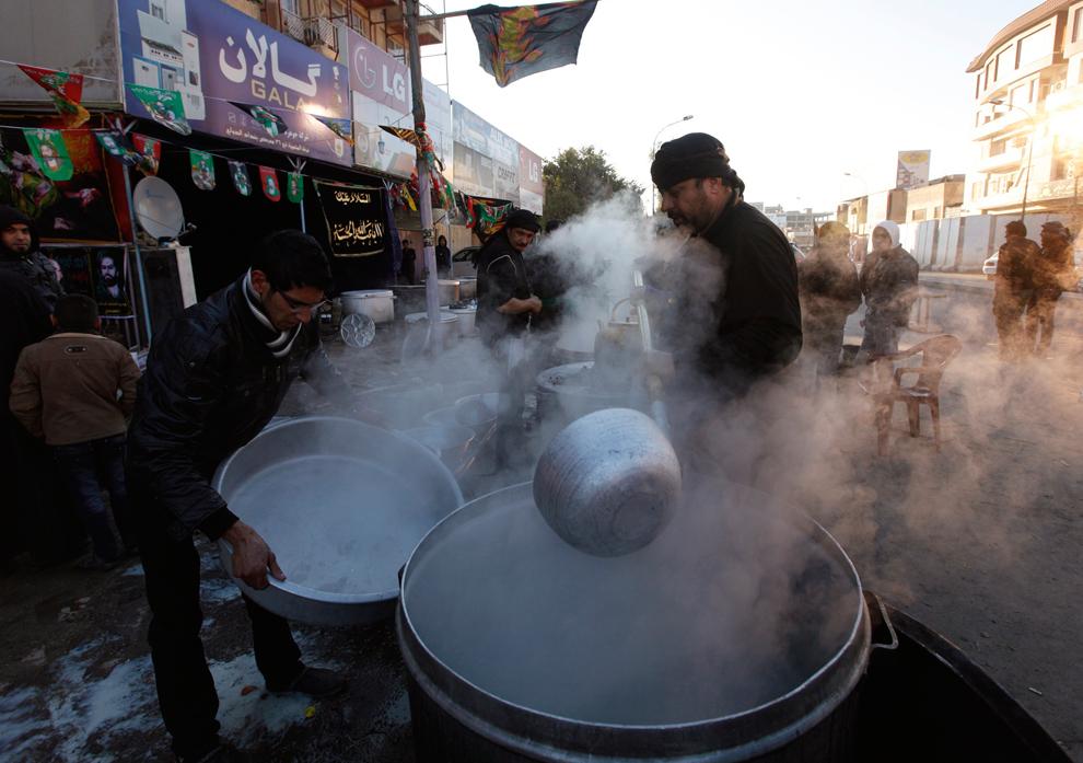 16. Жители готовят еду для паломников Ашуры в Багдаде. Ашура отмечает мученичество внука пророка Мух