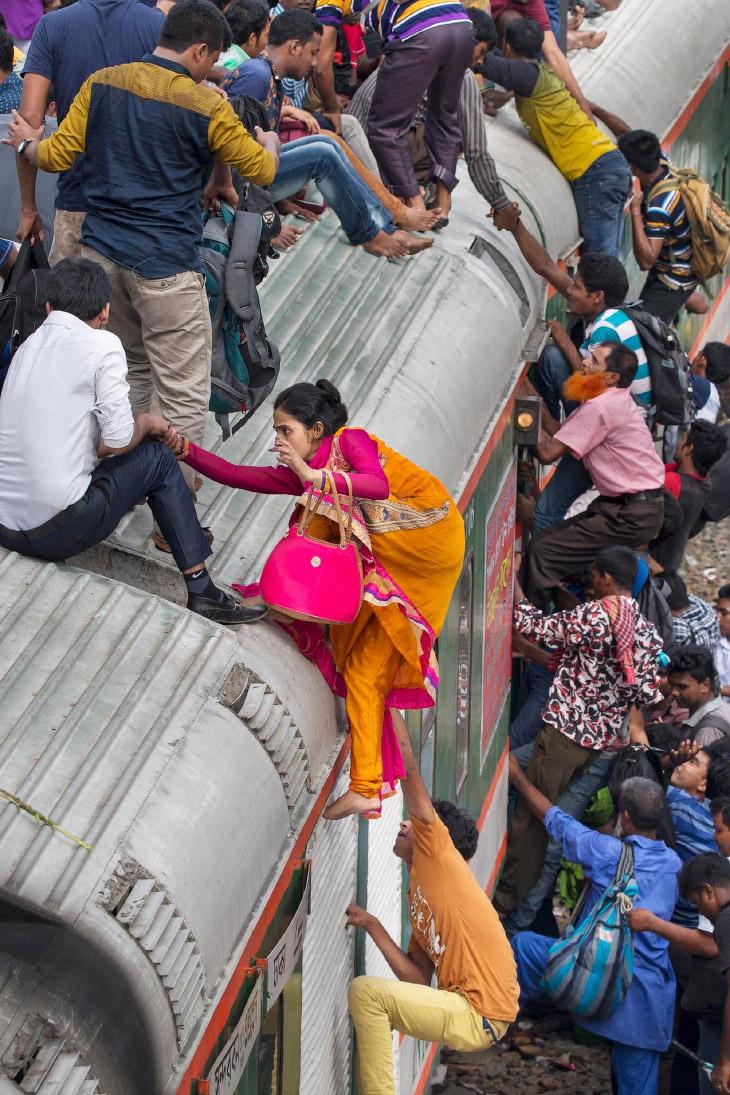 2. Пока поезд стоит, занимают все мыслимые и немыслимые места на нём. (Фото Yousuf Tushar):