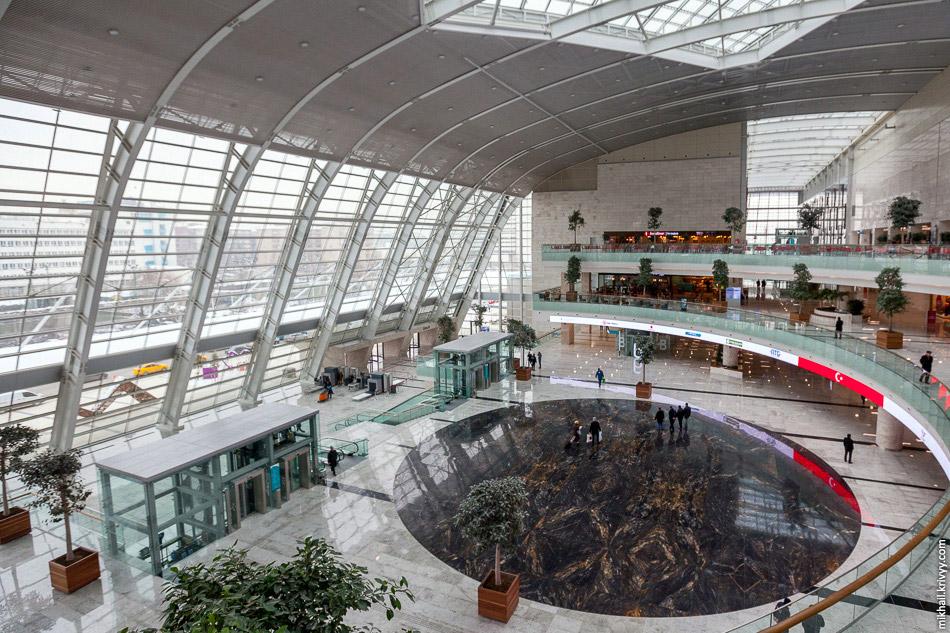 26. Вид со второго этажа. Все залы вокзала, кассы и стойки регистрации расположены именно на нё