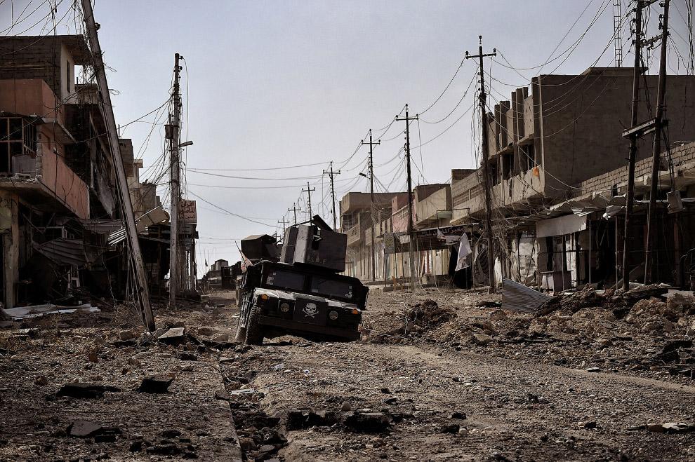 12. Здрасьте! Иракский солдат таким образом проверяет людей на наличие взрывных поясов, которые идут
