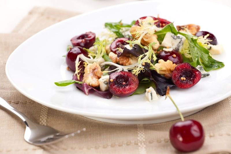 Салат с ягодами. Ингредиенты: ассорти ягодное — по вкусу 2 горсти грецких орехов 1 упаковка салатног