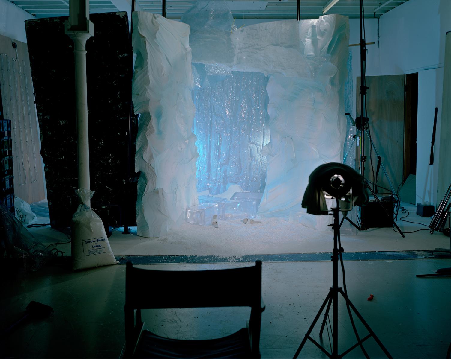 Сцена с ледяной пещерой. «Будучи уборщицей, я видела съемочные площадки в холодном свете дня. Уборка