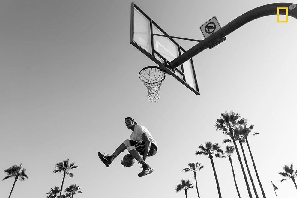 «Слэм-данк» (бросок сверху). Брэндон Кашер: «Баскетболист взлетает высоко в воздух, пытаясь сверху з