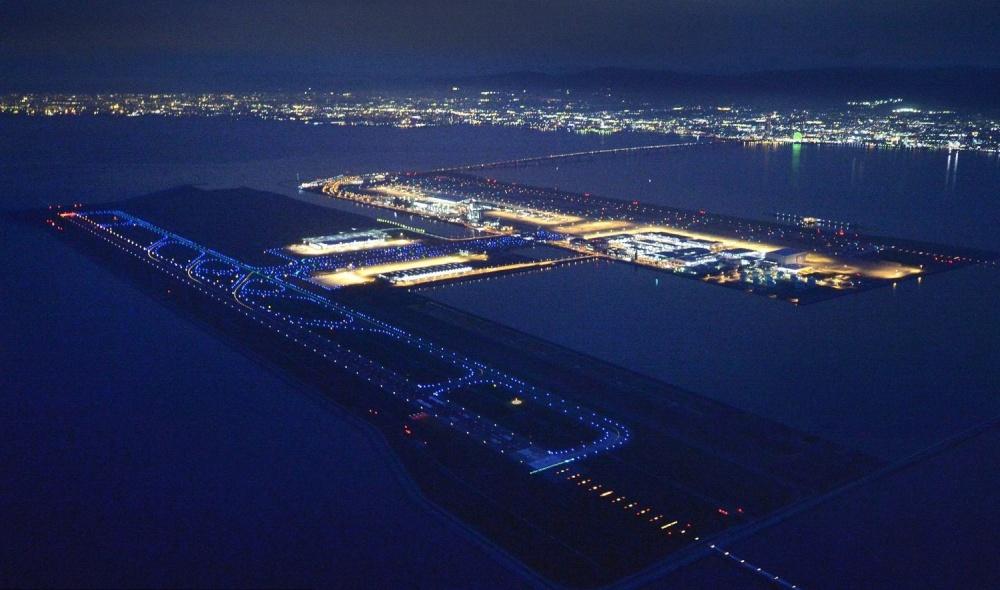 © eastnews  Аэропорт построен наискусственном острове . Чтобы связать его ссушей, был возвед