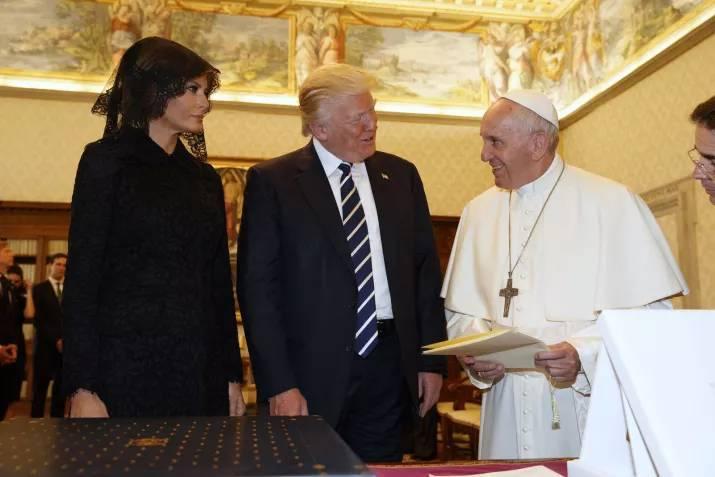 Вот ещё одна более или менее нейтральная фотография. Однако, улыбка постепенно меркнет на лице Папы