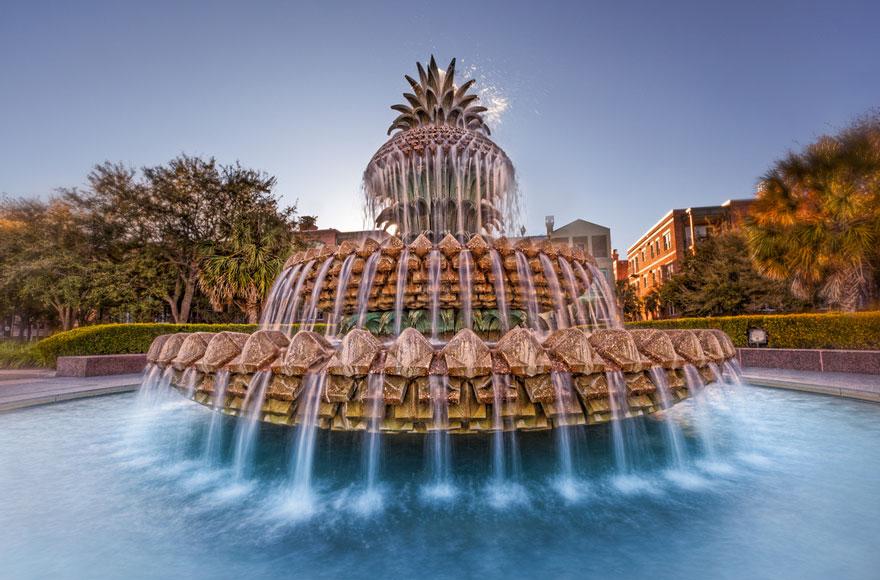 Фонтан-ананас в парке Уотерфронт, Чарльстон, США, был открыт в 1990 году.