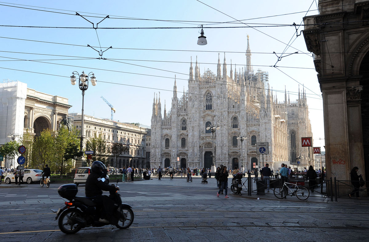 6. По улице Via Torino направляемся к нашей главной цели — Дуомо. Собор начали возводить в 1386 году