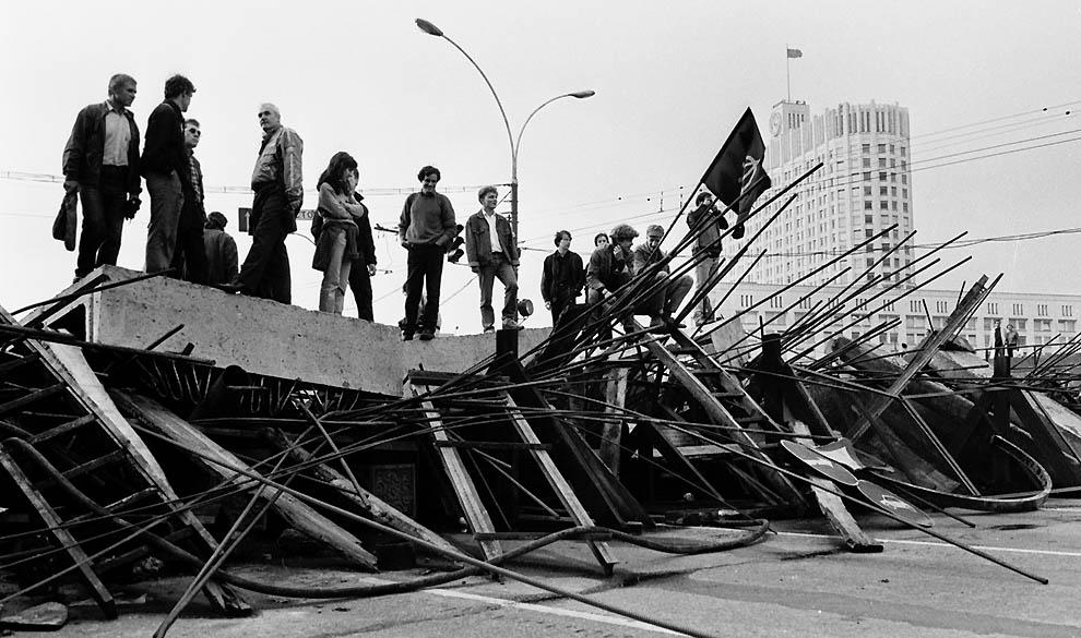 11. Люди на баррикадах перед Белым домом 21 августа 1991 г. (Alexander Nemenov/AFP/Getty Images)